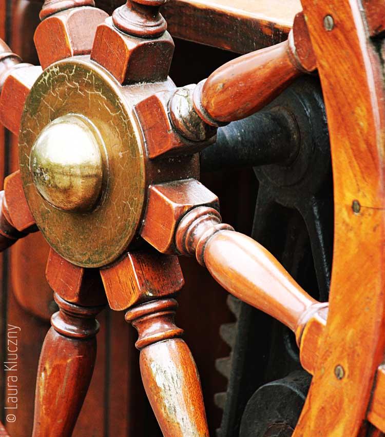 Hafencity: Nahaufnahme vom Holz-Steuerrad