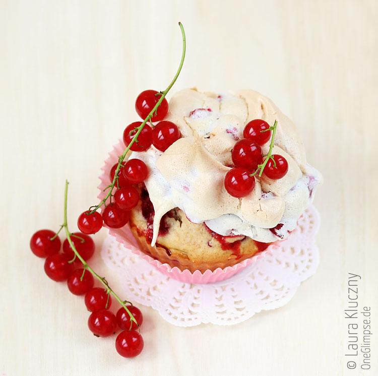 Johannisbeer-Cupcakes mit Hafer und Baiser-Häuptchen
