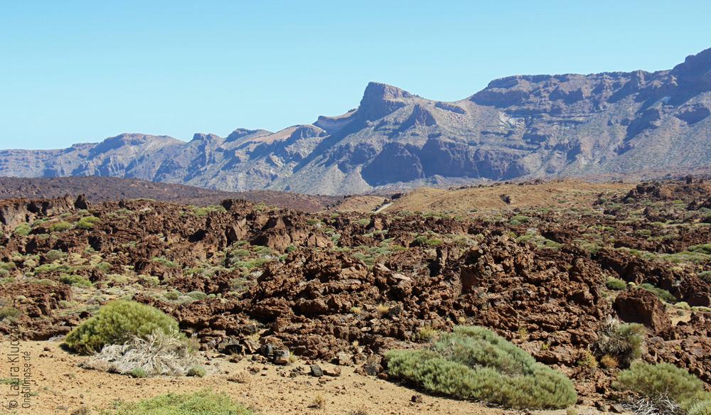 Am Fuße des Vulkans befindet sich erstarrte Lava