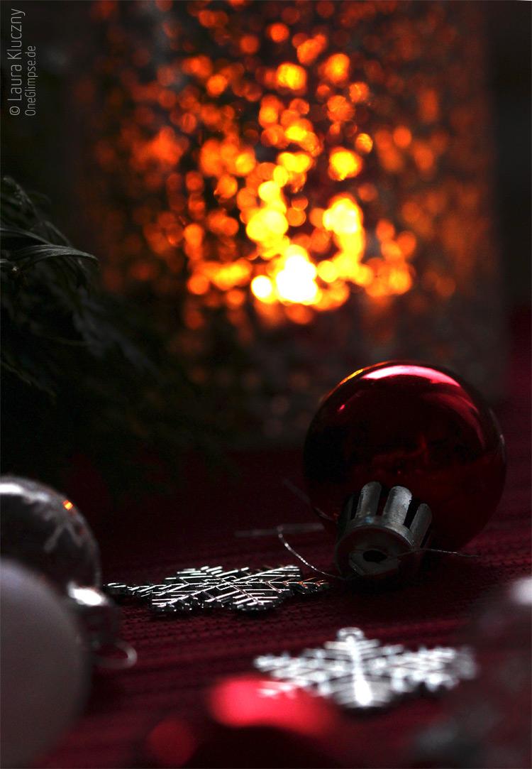 Weihnachtliche Deko im Kerzenschein