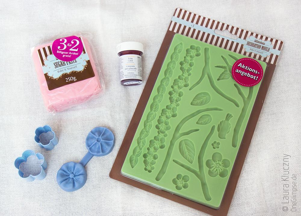 Utensilien, um die Blüten-Deko für die Cupcakes aus Zuckerpaste herzustellen