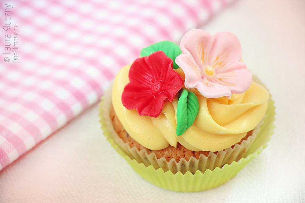 Schokoladige Eierlikör-Cupcakes mit Blüten-Dekor