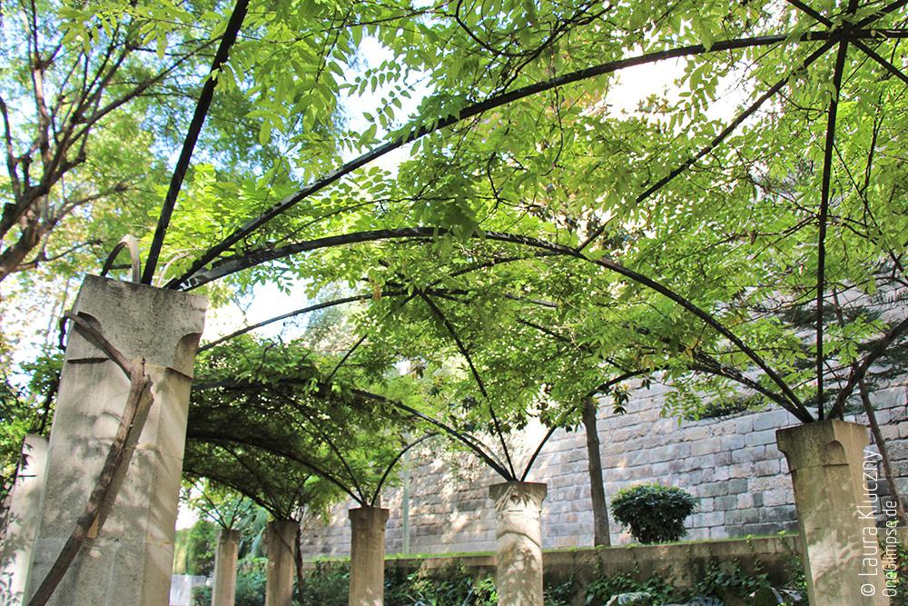 Mallorca, Palma: Garten mit Torbögen an der Kathedrale