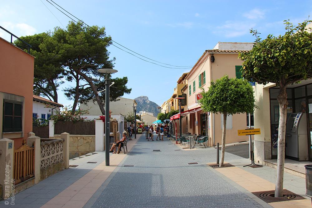 Mallorca, Sant Elm: Einkaufsstraße mit süßen am Meer gelegenen Cafés