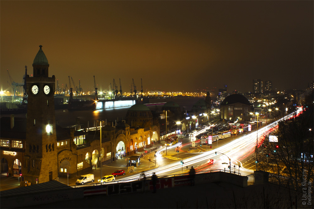 Hamburg bei Nacht: Blick von den Landungsbrücken