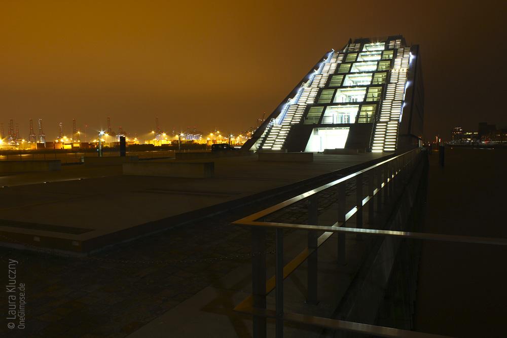 Hamburg bei Nacht: Dockland, im Hintergrund der Hafen