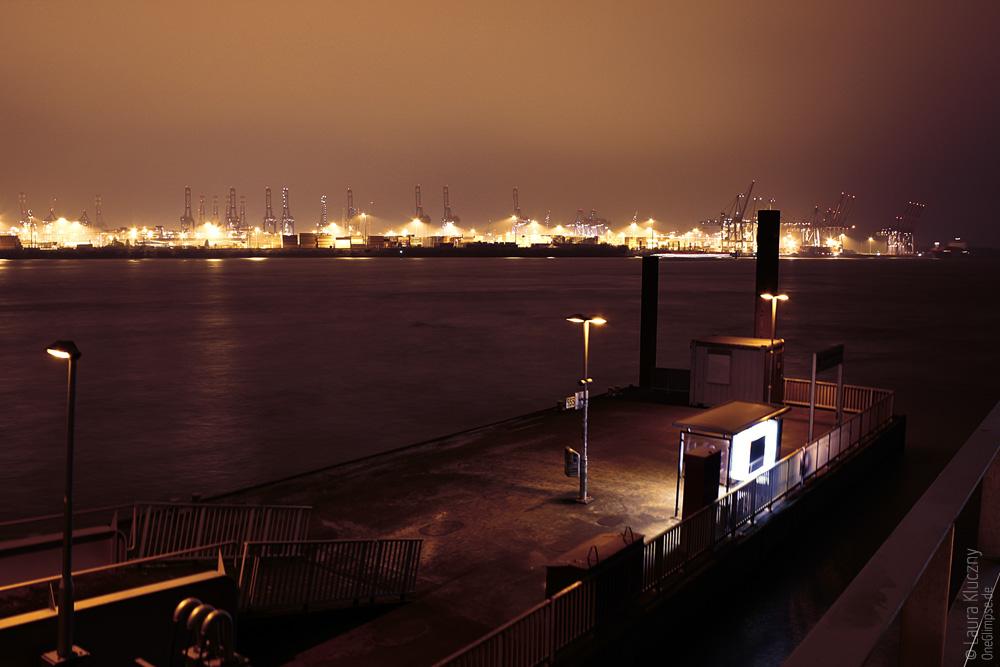 Hamburg bei nacht: der Hafen wo das Docksland steht