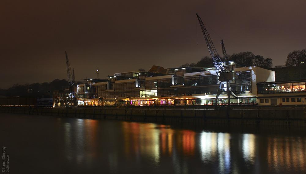 Hamburg bei Nacht: Docks neben dem Dockland, Spiegelungen im Wasser