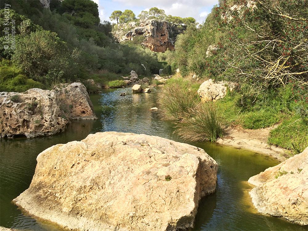 Mallorca, Cala Pi Flüsschen und Felsklippen