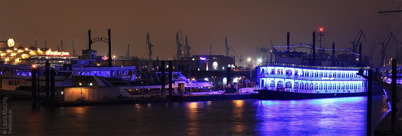 """Hamburg bei Nacht: Schaufelradschiff Louisana Star, im Hintergrund das Musical """"König der Löwen"""""""