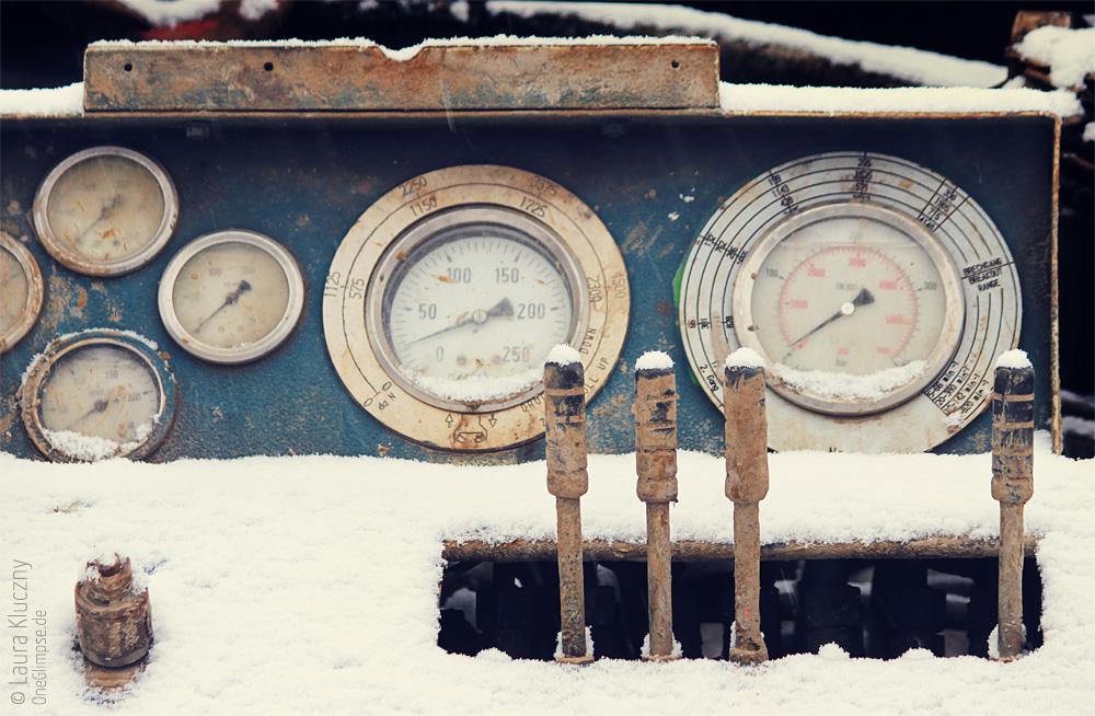 Bedieninstrumente einer verschneiten Maschine, ziemlich oldschool