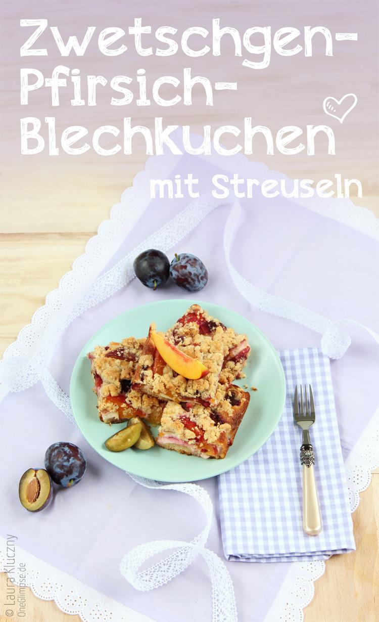 Zwetschgen-Pfirsich-Blechkuchen mit Streuseln, verfeinert mit Macadamianüssen und weißer Schokolade. So saftig und lecker!