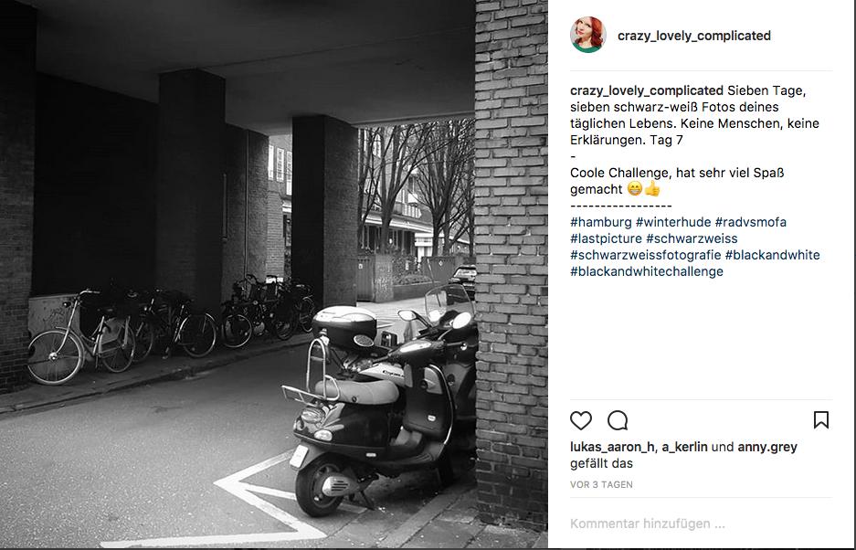 Sieben tage, sieben schwarzweiß Fotos. Keine Menschen, keine Erklärungen. Tag 7/Winterhude Fahrrad vs Mofa Hamburg