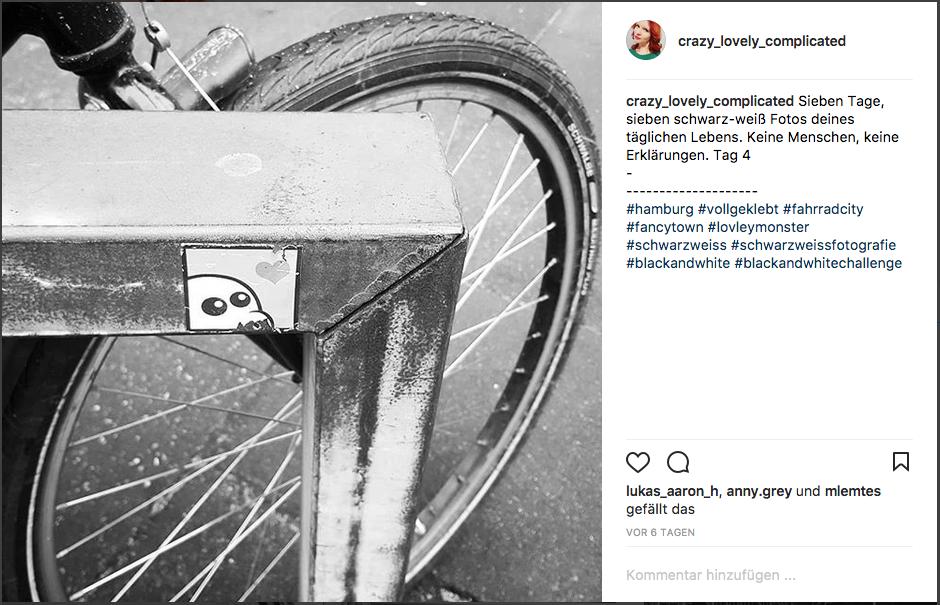 Sieben tage, sieben schwarzweiß Fotos. Keine Menschen, keine Erklärungen. Tag 4/Fahrrad Aufkleber Hamburg