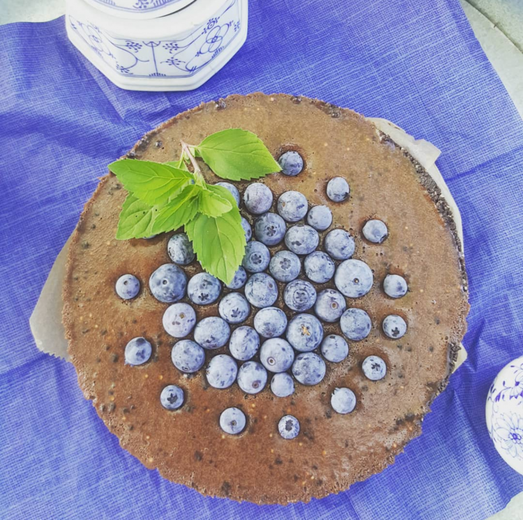 No Bake Schokoladentarte Chocolatetarte mit Kirschfüllung und Blaubeeren, Resteverwertung Pralinen und Oreo Kekse